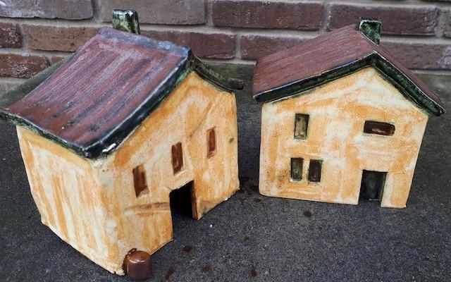 huisjes van keramiek gegelazuurd aardewerk