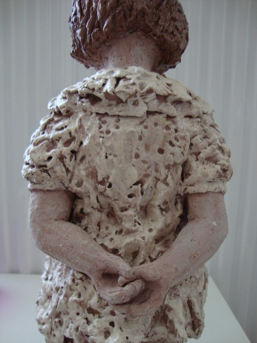 kleine dub met haar handjes op haar rug verlegen